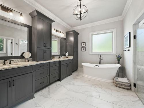 Master Bath Photos | Zero Entry Threshold Showers | Custom Vanities